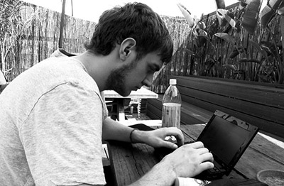 Backpacker mit Laptop in Australien